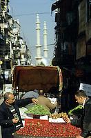 SYRIA, Aleppo, fruit seller / SYRIEN Aleppo, Obsthaendler auf der Strasse