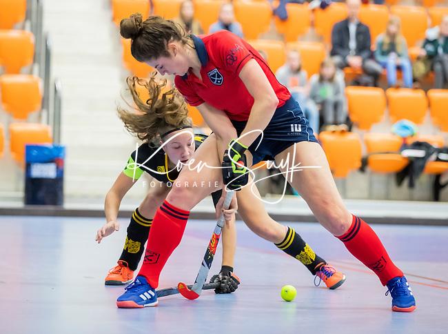 ROTTERDAM  - NK Zaalhockey,   halve finale dames Laren-Den Bosch. Laren wint. Maxime Kerstholt (Lar) met Anne Boer (Den Bosch)    COPYRIGHT KOEN SUYK