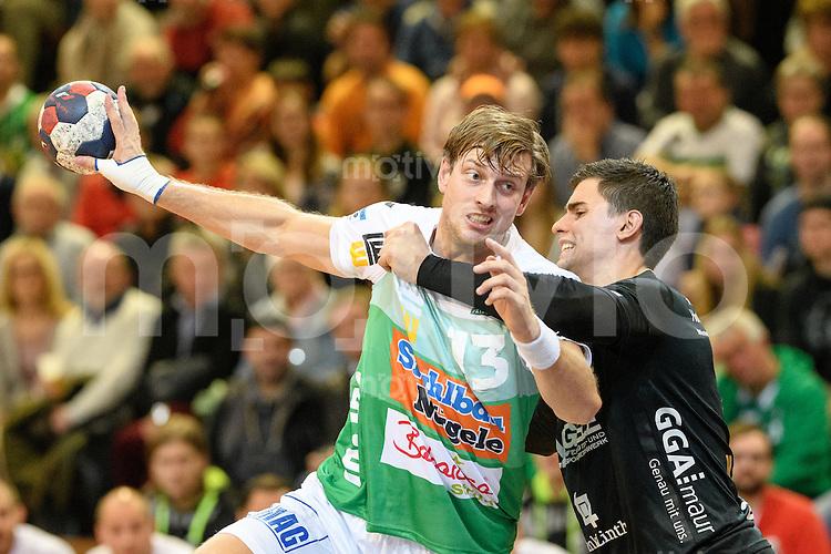 links Niclas Barud (FAG) am Ball gegen, rechts Michal Svajlen (Pfadi)