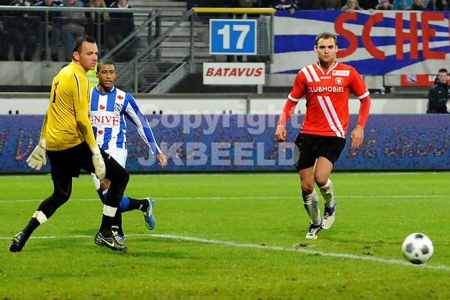 HEERENVEEN - Voetbal, SC Heerenveen - FC Oss, knvb beker,  Abe Lenstra stadion, seizoen 2011-2012, 21-12-2011 SC Heerenveen speler Luciano Narsingh bedient SC Heerenveen speler Bas Dost voor de 10-1.