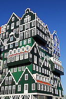 Inntel Hotel in Zaandam. De gevel lijkt te bestaan uit gestapelde zaanse huizen