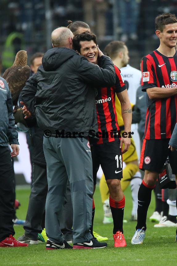 Siegesjubel Eintracht Frankfurt mit einem glücklichen Nelson Valdez, Trainer Thomas Schaaf gratuliert - Eintracht Frankfurt vs. SC Paderborn 07, Commerzbank Arena