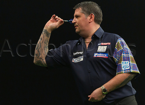 31.03.2016. The Motorpoint Arena, Cardiff.  Betway PDC Premier League Darts Judgement Night. Gary Anderson in action against James Wade