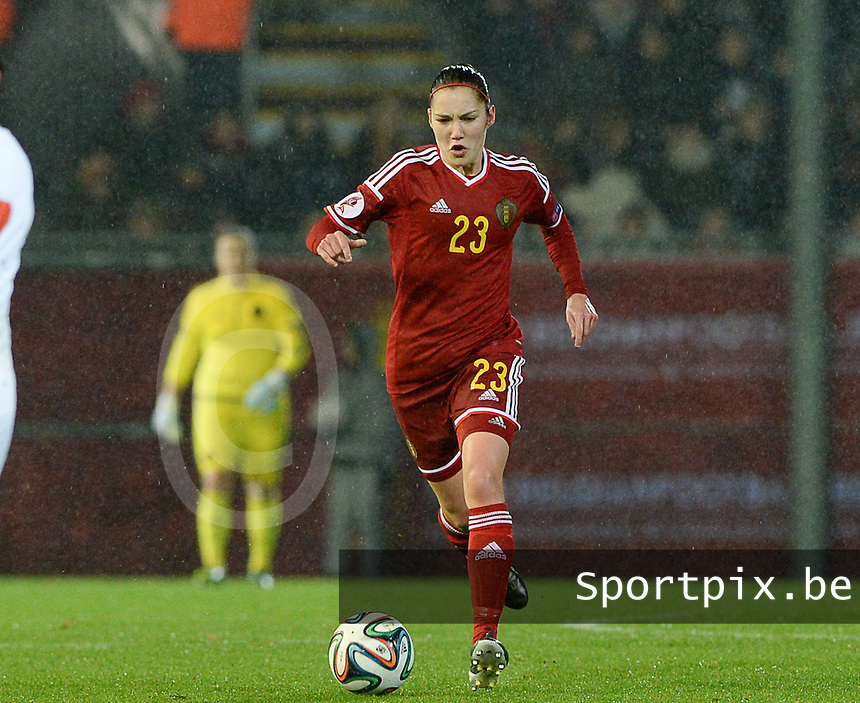 20151130 - LEUVEN ,  BELGIUM : Belgian Elien Van Wynendaele pictured during the female soccer game between the Belgian Red Flames and Serbia , the third game in the qualification for the European Championship in The Netherlands 2017  , Monday 30 November 2015 at Stadion Den Dreef  in Leuven , Belgium. PHOTO DAVID CATRY