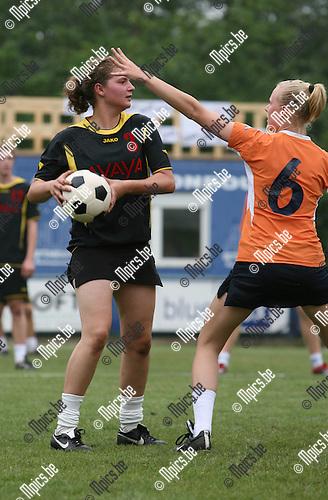 2007-06-10 / Korfbal / Beloften Interland België - Nederland: Ellen Aerts (Vobako) tegenover Petra De Ridder (r)