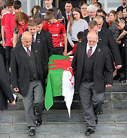 Pictured: The coffin of Rhodri Morgan draped in a welsh flag is carried outside of the Senedd after the service. Wednesday 31 May 2017<br />