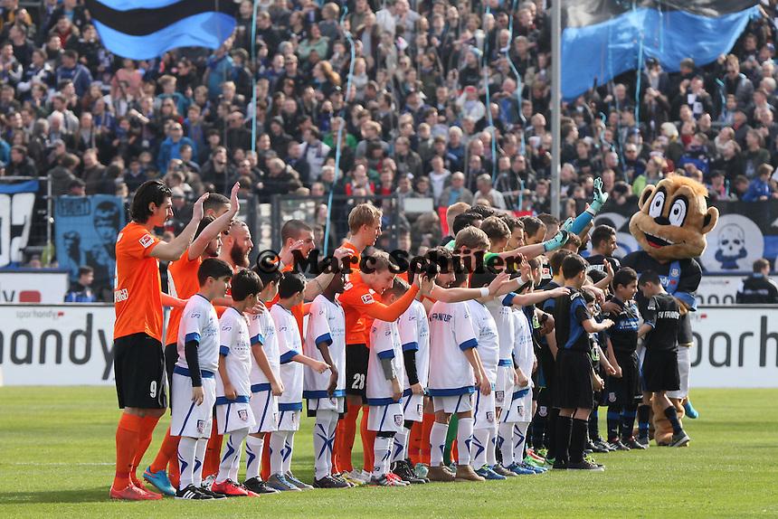 Mannschaften begrüßen die Fans - FSV Frankfurt vs. SV Darmstadt 98, Frankfurter Volksbank Stadion