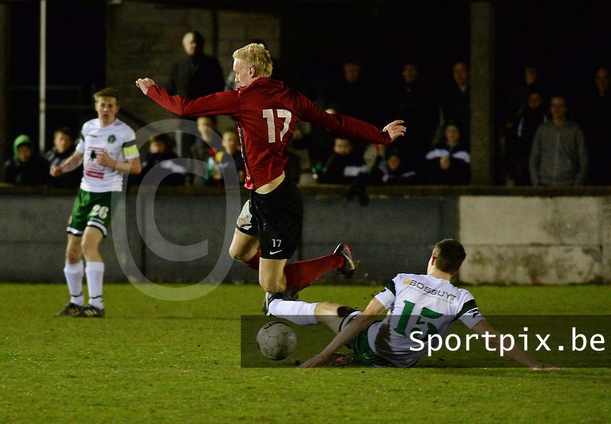 KM Torhout - FC Izegem :<br /> <br /> Tackle van Kevin Thetaert (R) op Olivier Verstraete (L)<br /> <br /> foto VDB / BART VANDENBROUCKE