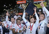 ATENÇÃO EDITOR: FOTO EMBARGADA PARA VEÍCULOS INTERNACIONAIS SÃO PAULO,SP,26 SETEMBRO 2012 - FINAL RECOPA SUDAMERICANA - SANTOS (bra) x UNIVERSIDAD DE CHILE (chi) - jogadores do Santoscomemoram titulo da Recopa Sudameircana no Estádio Paulo Machado de Carvalho (Pacaembu), na região oeste da capital paulista na noite desta quarta feira (26).(FOTO: ALE VIANNA -BRAZIL PHOTO PRESS).