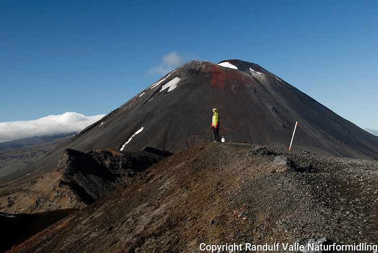 Lette dampskyer varsler om at vulkanen Mt Ngauruhoe er i en aktiv periode ---- Smoke from the summit tells that the volcano Mt Ngauruhoe is in an active period