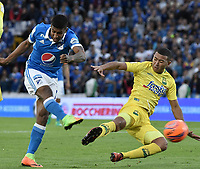 BOGOTA - COLOMBIA -04 -06-2017: Harold Santiago Mosquera (Izq) jugador de Millonarios disputa el balón con Jefferson Torres (Der) jugador de Atlético Bucaramanga durante partido de vuelta  partido de vuelta por los cuadrangulares finales de la Liga Aguila I 2017 jugado en el estadio Nemesio Camacho El Campin de la ciudad de Bogota. / Harold Santiago Mosquera (L) player of Millonarios fights for the ball with Jefferson Torres (R) player of Atletico Bucaramanga during secong leg match for the final quadrangulars of the Liga Aguila I 2017 played at the Nemesio Camacho El Campin Stadium in Bogota city. Photo: VizzorImage / Gabriel Aponte / Staff.
