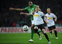 FUSSBALL   1. BUNDESLIGA   SAISON 2011/2012   30. SPIELTAG SV Werder Bremen - Borussia Moenchengladbach    10.04.2012 Marco Reus (re, Borussia Moenchengladbach) gegen Naldo (li, SV Werder Bremen)