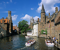 Belgium, West-Flanders, Bruges: Rozenhoedkaai and the Belfry with tour boat | Belgien, Westflandern, Provinzhauptstadt Bruegge: Bootsrundfahrt vorbei am Rozenhoedkaai zum Belfried, dem Glockenturm des Rathauses