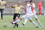 Envigado logró vencer 0 – 1 a Itagüí en territorio antioqueño en compromiso correspondiente a la novena fecha del Torneo Clausura Colombiano 2013 /  Gustavo Bolívar disputando un balón con dos rivales.
