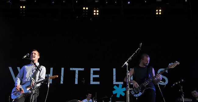 Highfield-Festival 2011 am Störmthaler See. im Bild: White Lies, Sänger Harry McVeigh (li) und Bassist Charles Cave (re). Foto: Alexander Bley