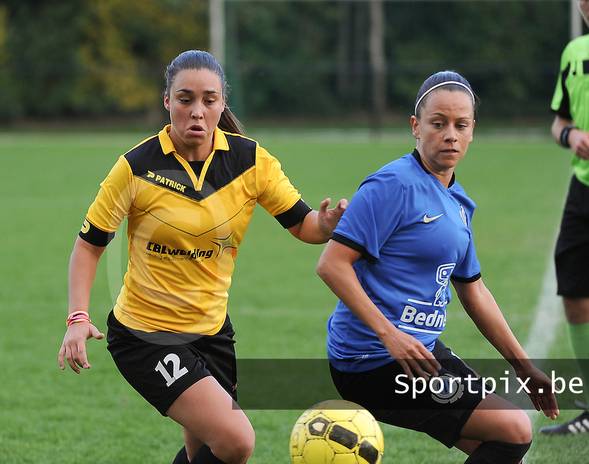 20161029 - ZWEVEZELE , BELGIUM : Zwevezele's Bo Heyse (L) and Club Brugge's Kay Cuvelier (R)  pictured during a soccer match between the women teams of KSK Zwevezele and Club Brugge  , during the seventh matchday in the 2016-2017  Tweede klasse - Second Division season, Saturday 29 October 2016 . PHOTO SPORTPIX.BE | DIRK VUYLSTEKE