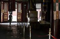 """Dans la grande salle d'assemblée subsistent encore le siège du Panchen et du Dalai-Lama du temps où ce dernier venait à Pékin. Sur le côté du siège, rendue presque invisible une petite étiquette indique """"le siège du Dalai lama lorsqu'il présidait la lecture des sutras""""... Un des rares endroits de Chine où le nom du dignitaire subsiste tel quel."""
