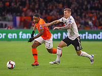 Steven Bergwijn (Niederlande) gegen Toni Kroos (Deutschland Germany) - 24.03.2019: Niederlande vs. Deutschland, EM-Qualifikation, Amsterdam Arena, DISCLAIMER: DFB regulations prohibit any use of photographs as image sequences and/or quasi-video.