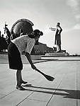 NR00031/Every day, some people are designated to sweep under Kim Il Sung's statue.  .COREE DU NORD/NORTH KOREA.Avril 2000