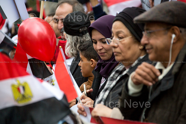 Egyptian people welcoming and supporting the Egyptian President Sisi Visit in London - Pro-Sisi. <br /> <br /> London, 05/11/2015. Protestors and supporters of the President of the Arab Republic of Egypt, Abdel Fattah el-Sisi (commonly known as Sisi), stand outside 10 Downing Street during his first day of visit to the United Kingdom.