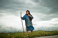 Una contadina in attesa del passaggio della mandria vi mucche podoliche.La transumanza ancora suscita molto interesse tra gli abitanti del Molise e sono in molti a voler che venga conservata questa tradizione