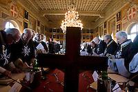 Cavalieri di Malta riuniti a Villa Magistrale, una delle sedi di Roma, al Gianicolo, durante l'elezione del nuovo Gran Maestro.  Il Sovrano Ordine di Malta è uno dei pochi Ordini nati nel Medio Evo ed ancora oggi attivi, con  una propria costituzione e un proprio passaporto.