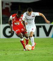 BOGOTA- COLOMBIA – 29-10-2015: Leyvin Balanta (Izq.) jugador del Independiente Santa Fe de Colombia, disputa el balon con Jorge Ortiz (Der.) jugador de Independiente de Avellaneda de Argentina, durante partido de vuelta entre Independiente Santa Fe de Colombia y el Independiente de Avellaneda de Argentina, por los cuartos de final de la Copa Suramericana en el estadio Nemesio Camacho El Campin, de la ciudad de Bogota.  / Leyvin Balanta (L) player of Independiente Santa Fe of Colombia, figths for the ball with Jorge Ortiz (R) player of Independiente de Avellaneda of Argentina, during a match for the second round between Independiente Santa Fe of Colombia and Independiente de Avellaneda of Argentina for the second round for the quarterfinals of the Copa Sudamericana in the Nemesio Camacho El Campin in Bogota city. Photos: VizzorImage / Luis Ramirez / Staff.