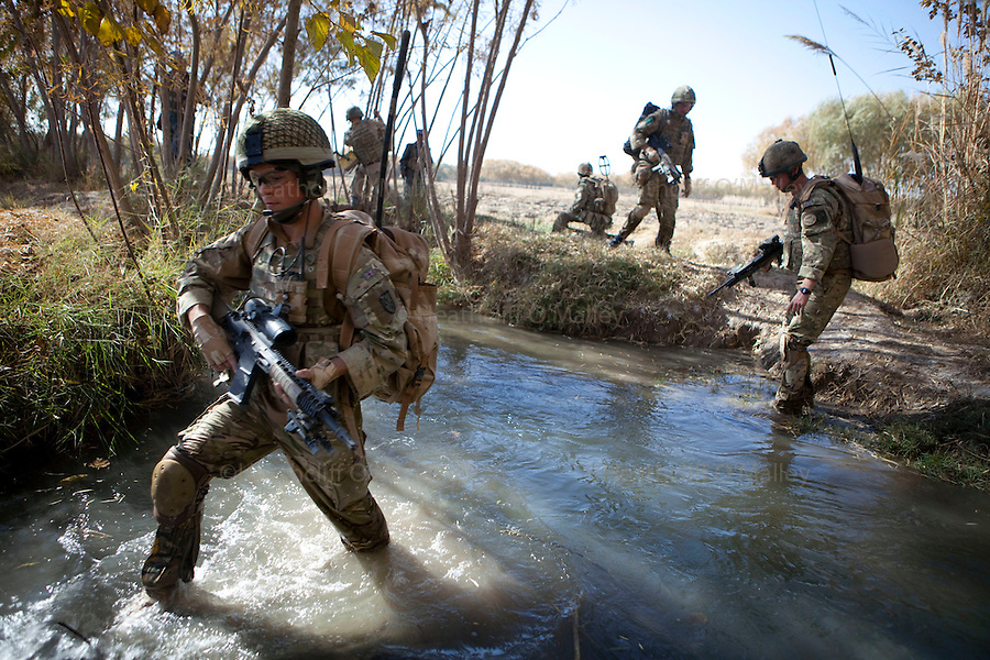 Mcc0027461 . Daily Telegraph..Paratroopers from 5 platoon, B coy 3 Para on patrol out of PB Washiran in northern Nad e Ali....Helmand 27 November 2010