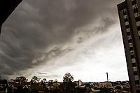 CURITIBA, PR, 12.07.2015 - CLIMA TEMPO/CURITIBA - Vista do céu no bairro Bigorrilho em Curitiba na tarde deste domingo, 12. (Foto: Paulo Lisboa / Brazil Photo Press)