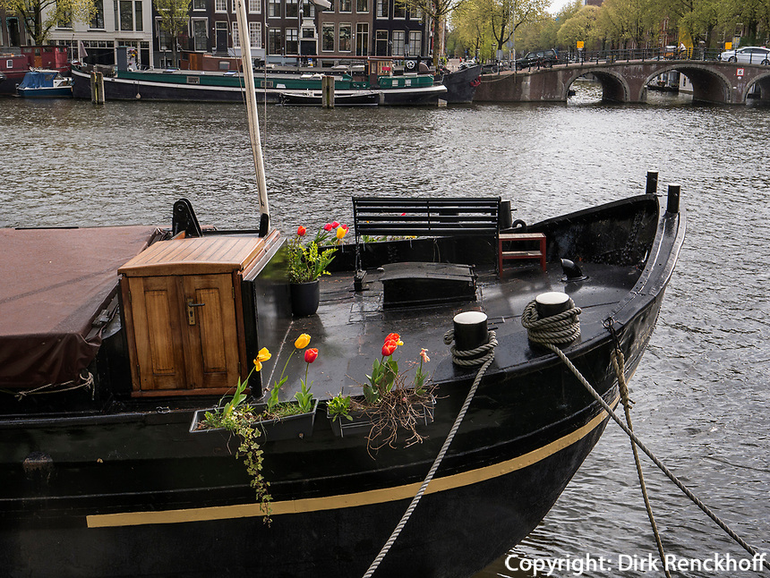 Boot auf der Amstel bei Magere Brug, Amsterdam, Provinz Nordholland, Niederlande<br /> ship on the Amstel near Magere Brug, Amsterdam, Province North Holland, Netherlands