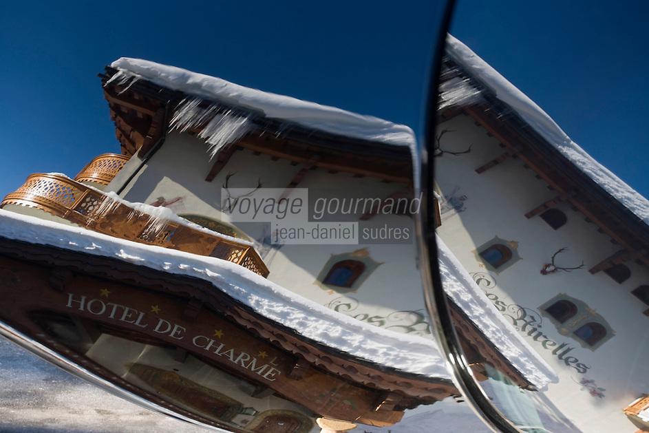 Europe/France/Rhone-Alpes/73/Savoie/Courchevel:  Hôtel-Restaurant: Les Airelles, reflet de l'Hôtel sur la carrosserie d'une voiture de luxe