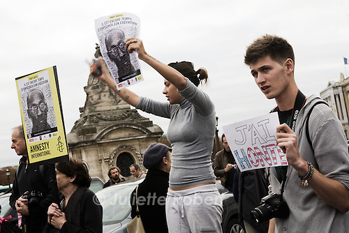 Gathering in Paris, place de la Concorde on Sept. 21st 2011 against the execution of Troy Davis and the death penalty.<br /> On the right, a young american student living in Paris shows his shame.