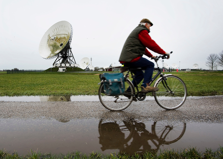 Nederland, Burum, 10 feb 2014<br /> Schotelantennes in het Friese dorpje Burum. Hiermee luistert defensie telefoon- en internetverkeer af. De gegevens worden vervolgens aan de Amerikaanse geheime dienst NSA doorgespeeld. Minister Plasterk is in problemen gekomen omdat hij dit niet wist.<br /> Foto(c): Michiel Wijnbergh
