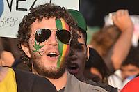 SAO PAULO, 08 DE JUNHO DE 2013 - MARCHA DA MACONHA - Manifestantes que se concentraram no vão livre do Masp, seguem em passeata durante Marcha da Maconha, na Avenida Paulista, até a Praça da República, região central da capital, na tarde deste sábado. 08. O grupo manifesta pela legalização da erva no Brasil.  (FOTO: ALEXANDRE MOREIRA / BRAZIL PHOTO PRESS)