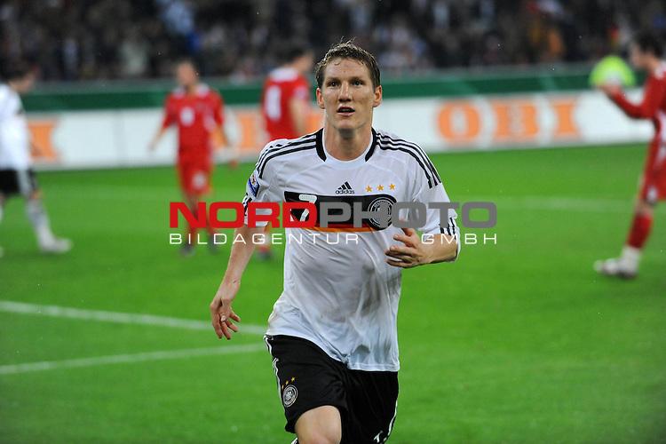 Fussball, L&auml;nderspiel, WM 2010 Qualifikation Gruppe 4 in M&ouml;nchengladbach ( Borussia Park ) <br />  Deutschland (GER) vs. Wales ( GB ) 1:0 ( 0:0 )<br /> <br /> Bastian Schweinsteiger ( Ger /  Bayern Muenchen #7) <br /> <br /> Foto &copy; nph (  nordphoto  )<br />  *** Local Caption ***