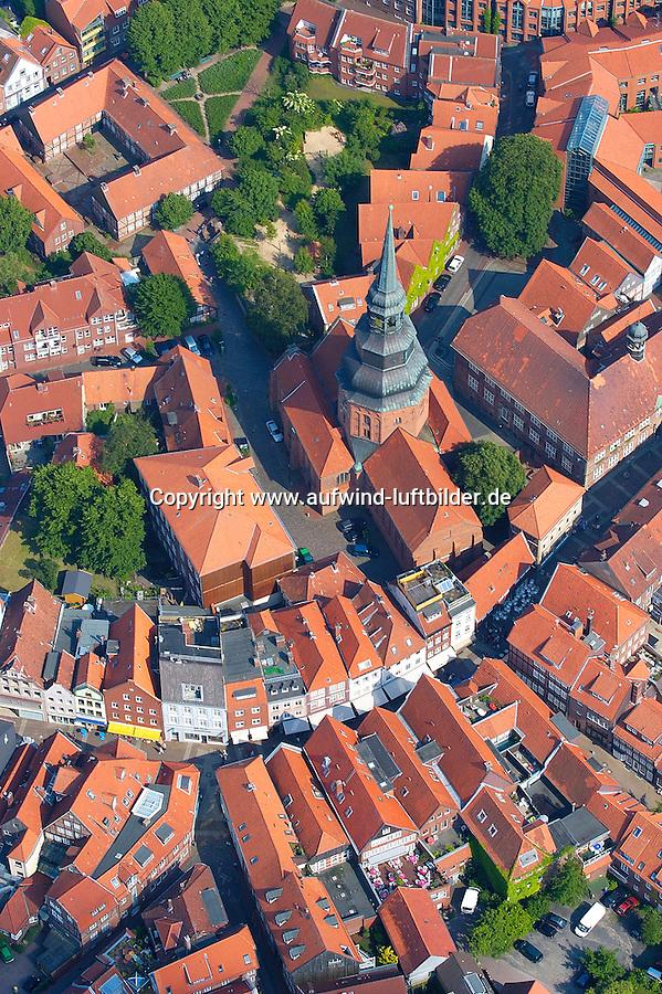 4415/St. Cosmae:EUROPA, DEUTSCHLAND, NIEDERSACHSEN, STADE 09.06.2005: .Stade ist ein alter Hanse Hafen.  Bürgerhäusern aus dem 17. Jahrhundertprägen das Stadtbild. In der Bildmitte der barocke Turm der St. Cosmae-Kirche. Rechts am Rand das Rathaus. Hoekerstrasse....Luftaufnahme, Luftbild,  Luftansicht