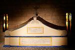 20060213 - France - Vincennes<br />COULISSES DU CHATEAU DE VINCENNES : LE MEMORIAL DES CHASSEURS (REPLIQUE) : LE SARCOPHAGE (DERRIERE) ET LA CROIX DANS LA CRYPTE <br />Ref: COULISSES_DU_CHATEAU_019 - © Philippe Noisette