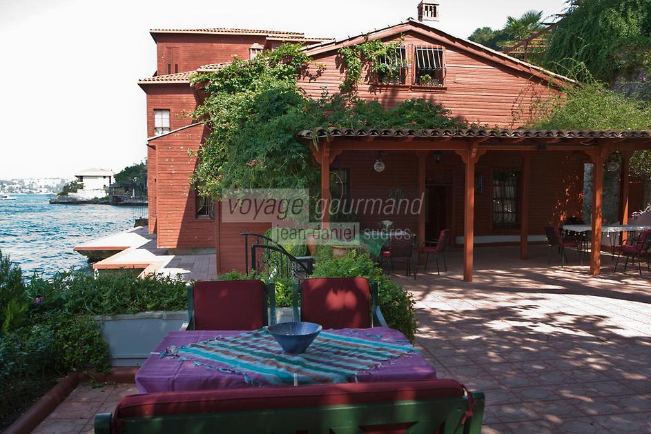 Europe/Turquie/Istanbul :  Yali résidence d'été en bois sur le Bosphore  de Salih Efendi, mèdecin du Sultan Mahmutt II- la maison, et sa terrasse sur le  bosphore