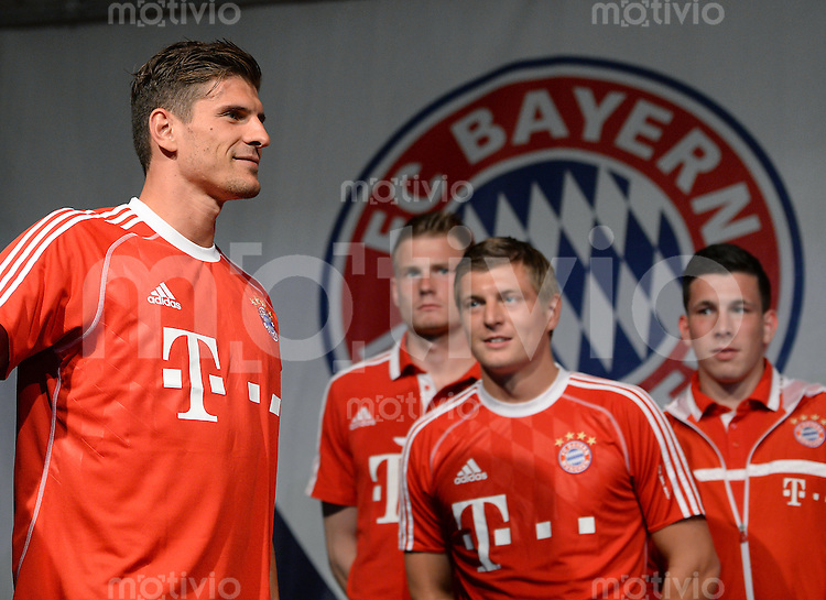 Fussball 1. Bundesliga Saison 2013/2014  Trainingslager des FC Bayern Muenchen 04.07.2013 Mario Gomez (li) bei der FC Bayern Mannschaftspraesentation auf dem historische Piazza 3 Novembre von Riva.
