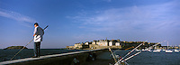 Europe/France/Bretagne/35/Ille-et-Vilaine/Saint-Malo: Pecheur sur le mole des noires et la ville close