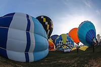 TORRES, RS, 02 DE MAIO 2013 - FESTIVAL INTERNACIONAL  DE BALONISMO - Competidores durante a segunda prova (Caça a Raposa) do Festival Internacional de Balonismo, em Torres, litoral norte do Rio Grande do Sul, na tarde desta quinta-feira, 02. O evento reunirá pilotos de vários lugares do mundo como Argentina, Peru, Austrália, França e Reino Unido e segue até domingo (5).(FOTO: WILLIAM VOLCOV / BRAZIL PHOTO PRESS).