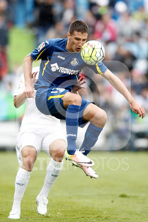 Getafe's Stefan Scepovic (f) and Real Madrid's Pepe during La Liga match. April 16,2016. (ALTERPHOTOS/Acero)