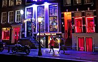 Nederland Amsterdam 2018. Red Light District. Oudezijds Achterburgwal. De Wallen.De Black Tiger Bar tussen bordelen. Foto Berlinda van Dam / Hollandse Hoogte
