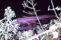 MAIRIPORÃ,SP - 18.06.2016 - ACIDENTE-SP - Uma carreta vazia, tombou no barranco da Rodovia Fernão Dias, altura do KM 71 em Mairiporã, interior do estado de São Paulo, na madrugada deste sábado, 18. Segundo o motorista do veículo, que nada sofreu, ele perdeu o controle do veículo ao tentar vestir uma blusa de frio. (Foto: Eduardo Carmim/Brazil Photo Press)