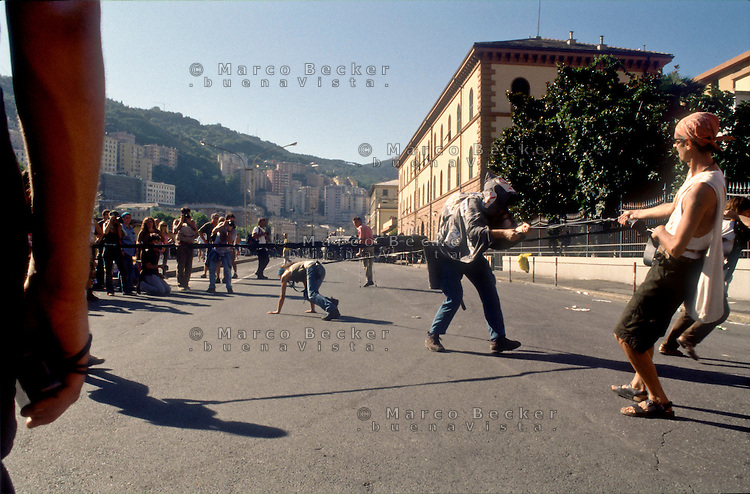 genova luglio 2001, proteste contro il g8. azione teatrale vicino al carcere marassi --- genoa july 2001, protests against g8 summit. theatre action nearby marassi prison
