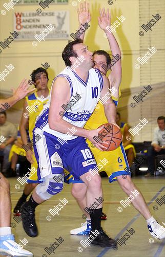 2009-04-18 / Basketbal / Turuka '90 Willebroek - Fera Bornem Basket / Mattys Van Mieghem van Bornem speelt zichzelf vrij..Foto: Maarten Straetemans (SMB)