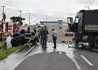 AMPARO,SP - 07.11.2015 - ACIDENTE-SP - Um carro pegou fogo após colidir frontalmente contra um caminhão. Segundo informações da Policia Rodoviária, o motorista do carro faleceu na hora, já o motorista do caminhão nada sofreu. O acidente ocorreu na manhã desse sábado (07), na Rodovia Valdir Beira em Amparo, interior do estado de São Paulo. (Foto: Eduardo Carmim / Brazil Photo Press)