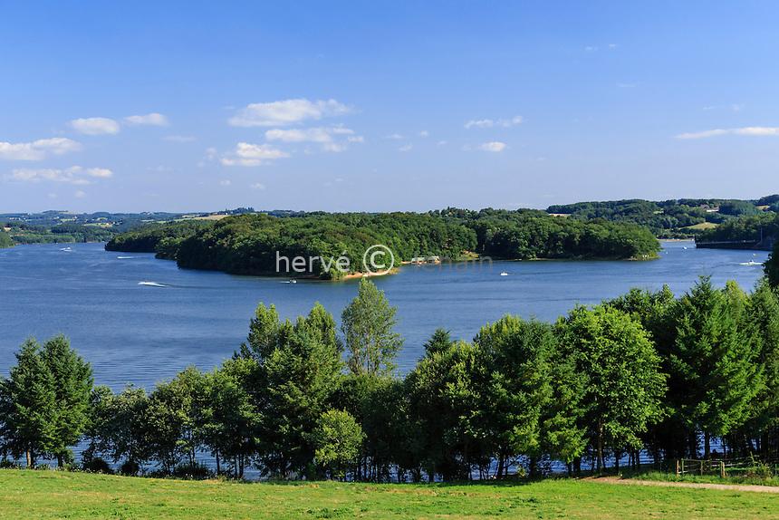 France, Cantal (15), Saint-Gérons, lac de barrage de Saint-Étienne-Cantalès // France, Cantal, Saint Gerons, lake of Saint Etienne Cantales
