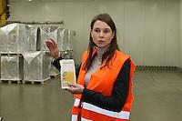 Miriam Götz erklärt die Vorgehensweisen im pharmazeutichen Kühllager bei DHL und zeigt den Thermologger