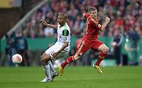 FUSSBALL  DFB-POKAL  HALBFINALE  SAISON 2012/2013    FC Bayern Muenchen - VfL Wolfsburg            16.04.2013 Naldo (li, VfL Wolfsburg) gegen Bastian Schweinsteiger (re, FC Bayern Muenchen)